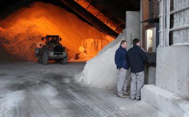 Zwei Arbeiter im Remondis Lippewerk in Lünen bedienen das neue BLS Logistikleitsystem von Berthold