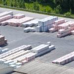 Überscihtliches Lager von folierten Baustoffen auf Paletten im Außenbereich optimiert durch das Logistikleitsystem BLS